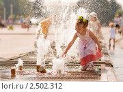 Купить «Маленькая девочка играет у фонтана», фото № 2502312, снято 17 августа 2008 г. (c) BestPhotoStudio / Фотобанк Лори