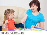 Купить «Мама с дочкой рисуют акварелью», фото № 2504716, снято 29 апреля 2011 г. (c) Типляшина Евгения / Фотобанк Лори