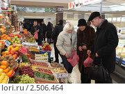 Купить «Покупатели у прилавка с фруктами», эксклюзивное фото № 2506464, снято 11 декабря 2010 г. (c) Дмитрий Неумоин / Фотобанк Лори