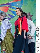 Красивая девушка в национальном костюме выступает на праздновании Пасхи. Стоковое фото, фотограф Ольга Дудина / Фотобанк Лори