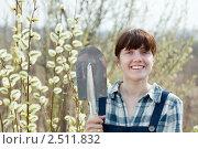 Купить «Молодая женщина с лопатой в саду», фото № 2511832, снято 28 апреля 2011 г. (c) Яков Филимонов / Фотобанк Лори