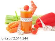 Купить «Стакан овощного сока с сантиметром и свежими овощами на белом фоне», фото № 2514244, снято 6 апреля 2011 г. (c) Светлана Зарецкая / Фотобанк Лори