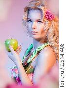 Красивая женщина держит яблоко. Стоковое фото, фотограф Сергей Новиков / Фотобанк Лори