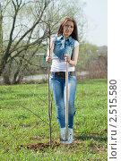 Купить «Женщина с саженцем и лопатой», фото № 2515580, снято 4 мая 2011 г. (c) Яков Филимонов / Фотобанк Лори