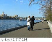 Купить «Москва. Городские виды. Люди гуляют по Пушкинской набережной», эксклюзивное фото № 2517624, снято 29 апреля 2011 г. (c) lana1501 / Фотобанк Лори