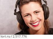 Купить «Девушка в наушниках», фото № 2517776, снято 3 апреля 2009 г. (c) BestPhotoStudio / Фотобанк Лори