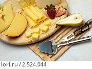 Купить «Сыр и клубника на деревянной доске», фото № 2524044, снято 7 апреля 2011 г. (c) Антон Балаж / Фотобанк Лори