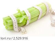Купить «Сельдерей с измерительной лентой, концепция здорового питания и диеты», фото № 2529916, снято 6 апреля 2011 г. (c) Светлана Зарецкая / Фотобанк Лори
