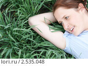 Девушка, лежащая на траве. Стоковое фото, фотограф Чуев Максим / Фотобанк Лори