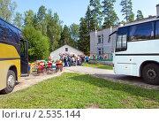 Купить «Автобусы привезли школьников в летний лагерь», эксклюзивное фото № 2535144, снято 6 августа 2010 г. (c) Куликов Константин / Фотобанк Лори