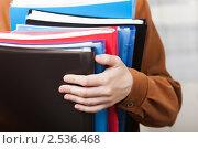 Папки с документами в руке офисного работника. Стоковое фото, фотограф Илья Андриянов / Фотобанк Лори