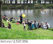 Люди на отдыхе в лесопарке. Жанровая сцена (2011 год). Редакционное фото, фотограф Лена Бедчер / Фотобанк Лори