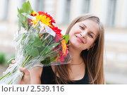 Купить «Портрет красивой счастливой девушки с букетом цветов», эксклюзивное фото № 2539116, снято 13 мая 2011 г. (c) Игорь Низов / Фотобанк Лори