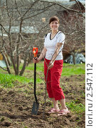 Купить «Девушка занимается посадкой дерева», фото № 2547112, снято 8 мая 2011 г. (c) Яков Филимонов / Фотобанк Лори