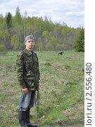 Купить «На прогулке с собакой», фото № 2556480, снято 16 мая 2011 г. (c) VPutnik / Фотобанк Лори