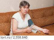 Купить «Женщина измеряет артериальное давление», фото № 2558840, снято 26 мая 2011 г. (c) Марина Славина / Фотобанк Лори