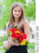 Купить «Портрет красивой обаятельной девушки с букетом цветов», эксклюзивное фото № 2559184, снято 13 мая 2011 г. (c) Игорь Низов / Фотобанк Лори