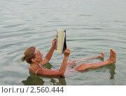 Купить «Женщина читает журнал, лежа в Мертвом море», фото № 2560444, снято 24 мая 2011 г. (c) Светлана Кузнецова / Фотобанк Лори