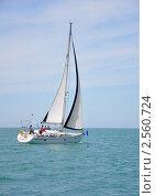 Крейсерская яхта обходит вешку (2011 год). Редакционное фото, фотограф Анна Мартынова / Фотобанк Лори