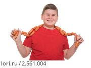 Купить «Мальчик с сосисками», фото № 2561004, снято 8 апреля 2020 г. (c) Заметалов Андрей / Фотобанк Лори
