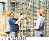 Купить «Строители за работой», фото № 2563968, снято 15 октября 2018 г. (c) Дмитрий Калиновский / Фотобанк Лори