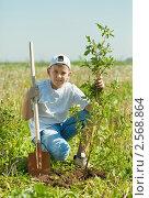 Купить «Подросток сажает дерево», фото № 2568864, снято 30 мая 2011 г. (c) Яков Филимонов / Фотобанк Лори
