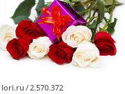 Купить «Букет роз с подарком», фото № 2570372, снято 8 марта 2008 г. (c) Elnur / Фотобанк Лори