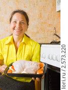 Купить «Женщина готовит фаршированную курицу», фото № 2573220, снято 7 октября 2010 г. (c) Яков Филимонов / Фотобанк Лори