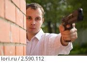 Купить «Молодой человек целится из пистолета», фото № 2590112, снято 18 июня 2010 г. (c) Яков Филимонов / Фотобанк Лори
