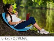 Купить «Молодая красивая беременная женщина с ноутбуком и яблоком сидит в парке», фото № 2598680, снято 6 июня 2011 г. (c) Мельников Дмитрий / Фотобанк Лори