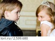 Мальчик и девочка смотрят друг на друга. Стоковое фото, фотограф Ольга Шабалкина / Фотобанк Лори