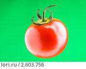 Купить «Спелый томат на зеленом фоне», фото № 2603756, снято 30 мая 2010 г. (c) Elnur / Фотобанк Лори