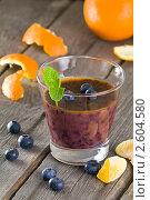 Купить «Фруктовый коктейль (смузи) из черники и апельсинового сока», эксклюзивное фото № 2604580, снято 15 июня 2011 г. (c) Давид Мзареулян / Фотобанк Лори