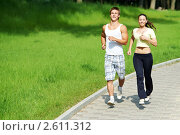 Купить «Парень и девушка на пробежке в парке», фото № 2611312, снято 14 декабря 2018 г. (c) Дмитрий Калиновский / Фотобанк Лори