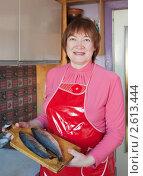 Купить «Женщина с селедкой на кухне», фото № 2613444, снято 19 февраля 2011 г. (c) Яков Филимонов / Фотобанк Лори