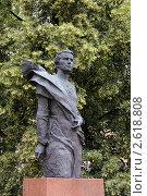 Купить «Памятник скульптору Вере Мухиной на фоне цветущей липы», фото № 2618808, снято 25 июня 2011 г. (c) Илюхина Наталья / Фотобанк Лори