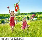 Купить «Две девочки пускают воздушного змея», фото № 2625908, снято 29 мая 2011 г. (c) Gennadiy Poznyakov / Фотобанк Лори