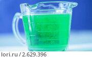 Купить «Растворение в зеленой жидкости», видеоролик № 2629396, снято 30 июня 2011 г. (c) Игорь Киселёв / Фотобанк Лори