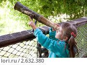Маленькая девочка-дошкольница смотрит в телескоп старого образца. Стоковое фото, фотограф Sergii Korshun / Фотобанк Лори