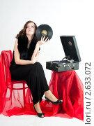 Купить «Красивая девушка перед патефоном», фото № 2633072, снято 10 апреля 2011 г. (c) Сергей Буторин / Фотобанк Лори