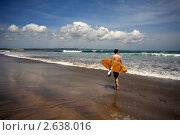 Купить «Серфер на береговой линии. Бали. Индонезия», фото № 2638016, снято 14 апреля 2009 г. (c) Морозова Татьяна / Фотобанк Лори