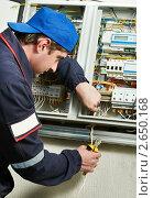 Купить «Электрик у электрического щитка», фото № 2650168, снято 21 апреля 2019 г. (c) Дмитрий Калиновский / Фотобанк Лори