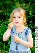 Купить «Девочка красит губы», фото № 2650348, снято 4 июля 2020 г. (c) Хайрятдинов Ринат / Фотобанк Лори
