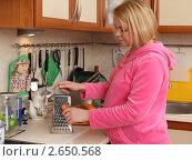 Купить «Беременная молодая женщина трёт морковку на кухне», эксклюзивное фото № 2650568, снято 6 февраля 2011 г. (c) Дмитрий Неумоин / Фотобанк Лори