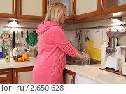 Купить «Беременная молодая женщина моет на кухне посуду», эксклюзивное фото № 2650628, снято 6 февраля 2011 г. (c) Дмитрий Неумоин / Фотобанк Лори