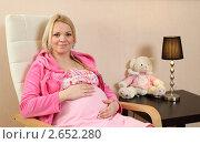 Купить «Беременная молодая женщина дома на кресле», эксклюзивное фото № 2652280, снято 6 февраля 2011 г. (c) Дмитрий Неумоин / Фотобанк Лори