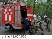 Купить «Развёртывание пожарной техники на лесной дороге», эксклюзивное фото № 2654856, снято 25 мая 2011 г. (c) Free Wind / Фотобанк Лори