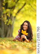 Купить «Красивая девушка в осеннем парке», фото № 2655760, снято 8 октября 2010 г. (c) Иван Михайлов / Фотобанк Лори