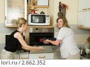 Купить «Подруги готовят куриные ножки в духовке», фото № 2662352, снято 29 мая 2011 г. (c) Михаил Ворожцов / Фотобанк Лори