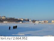 Люди идут по льду замёрзшего пруда. Стоковое фото, фотограф Анна Груздева / Фотобанк Лори
